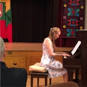 Iš Šveicarijos atvykusi pianistė Nijolė Abarytė visus nudžiugino nuostabia programa. (Reginos Balčaitienės nuotr.)