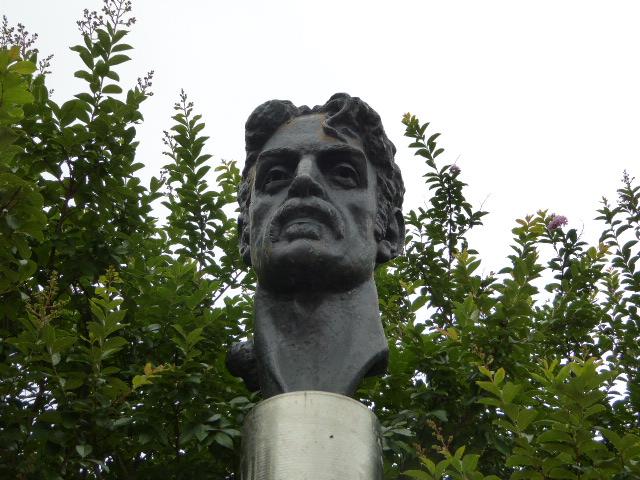 """6)Tarp """"Žaviojo miesto"""" lietuviškų akcentų išsiskiria prieš porą metų šalia Baltimorės centrinės bibliotekos """"atsiradusi"""" vilniečių dovanota dainininko F. Zappos skulptūra. Ingridos Misevičienės nuotr."""