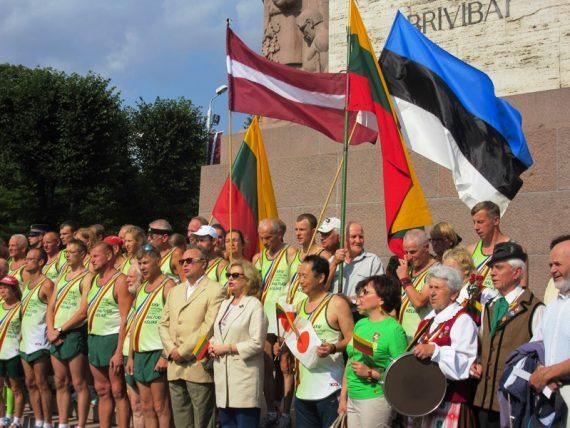 """Rygoje sutikti ir pasveikinti tarptautinio estafetinio """"Baltijos kelio"""" bėgimo dalyviai"""