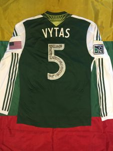 """Ant V. Andriuškevičiaus marškinėlių nugaros puikuojasi užrašas """"Vytas"""" – tai pirmasis futbolininkas MLS istorijoje, kuriam oficialiai leista vietoj savo pavardės panaudoti vardą"""