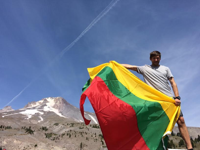 """""""Hood to Coast"""" bėgimo organizatorių nuotraukoje Aidas Ardzijauskas šalia Mt. Hood kalno Oregone"""