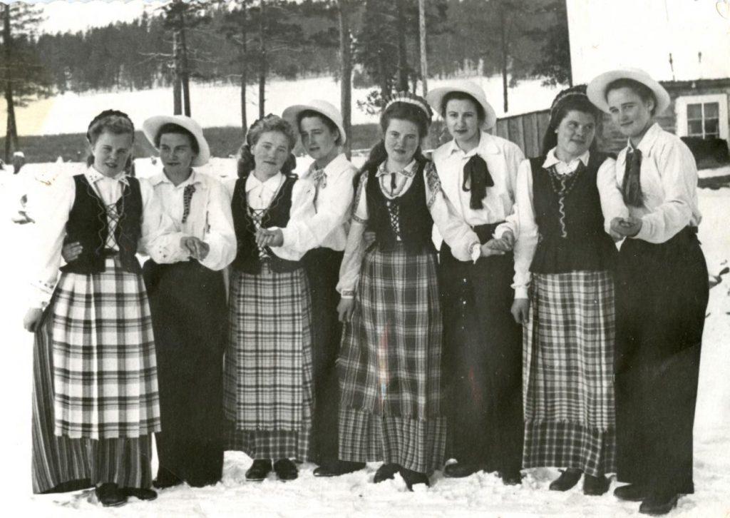 Tautinius šokius šoko tik merginos. Chara Kutulo (Zaigrajevo rajonas Buriatijoje) tremtinės saviveiklininkės ~1957 m. Iš dešinės antra G. Radėnienė.