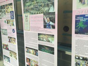Lituanistikos tyrimo ir studijų centro Čikagoje paroda apie išeivijos tautinių šokių švenčių istoriją. Ingridos Misevičienės nuotr.