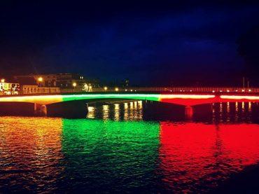 """Pirmoji """"LISA Inverness"""" akcija – tiltas per Neso upę pasipuošė trispalvės spalvomis"""