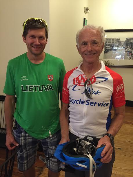 A. Ardzijauskas ypač džiaugėsi susitikimu su LR garbės konsulu Randy Milleriu (dešinėje), kuris taip pat praeityje domėjosi ultra-maratonais, o dabar aktyviai važinėja sportiniu dviračiu