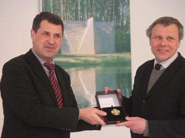 """Kultūros ministerijos Garbės ženklu """"Nešk savo šviesą ir tikėk"""" apdovanotas Europos parko įkūrėjas Gintaras Karosas"""