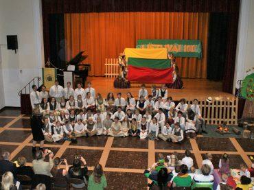 Čikagos lituanistinė mokykla šventė Lietuvos atkūrimo 100-ąjį gimtadienį